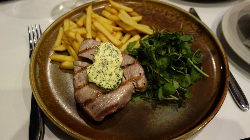 Tuna steak and chips
